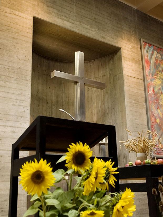 Pult, Kreuz und Altar